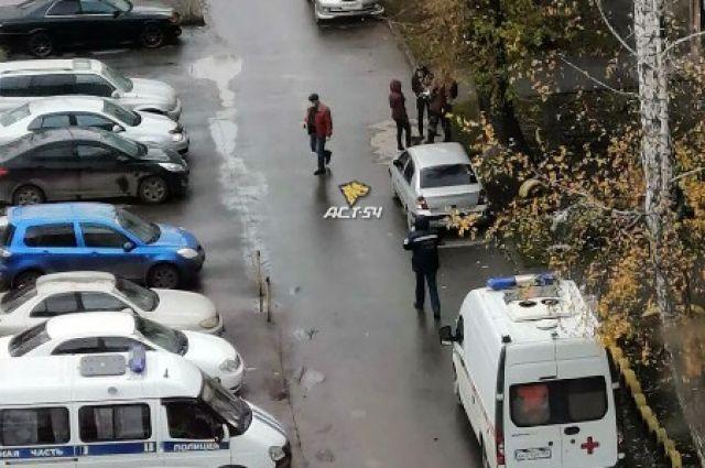 Мужчина выпал из окна дома в Новосибирске.