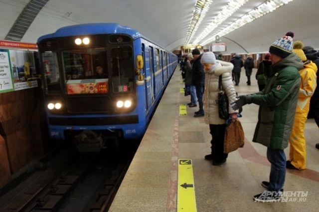 в новосибирском метро не все пассажиры надевают маски.