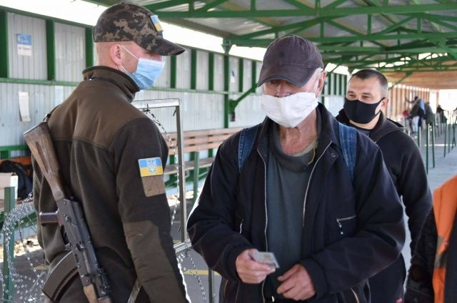 Украинцам объяснили, кому и как можно пересечь блокпост в Станице Луганской