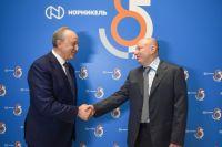 Владимир Потанин и губернатор Саратовской области Валерий Радаев подписали соглашение.