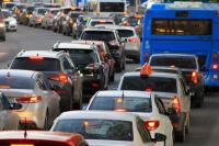 Любой инцидент на дороге надолго закупоривает проезд в микрорайон.
