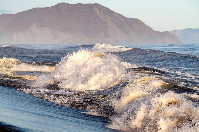 Волны на берегу Халактырского пляжа на полуострове Камчатка.