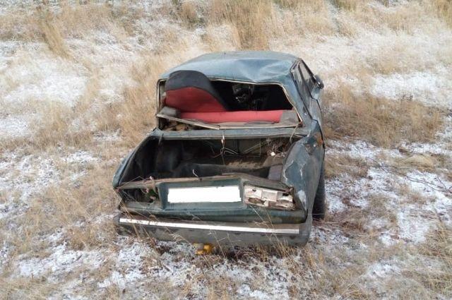 В Оренбуржье на автомобильной дороге Матвеевка-Азаматово в утренние часы «ВАЗ» перевернулся в кювет.
