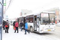 Пассажиры ждут транспорт без укрытия