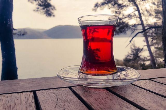 Лечиться самостоятельно до приезда врача оренбуржцам советуют горячим чаем.