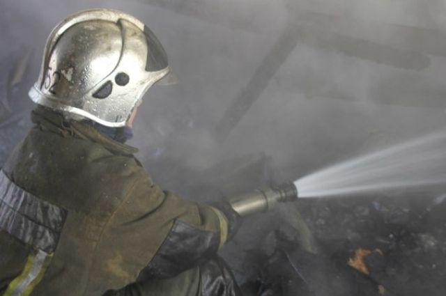 Петербургские пожарные потушили горящую иномарку
