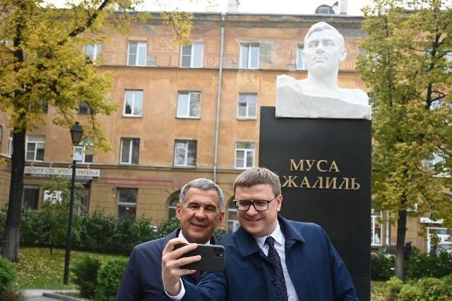 Главы регионов побывали в Челябинске у двух памятников – открыли новый, Габдулле Тукаю, и сделали общее фото у памятника Мусе Джалилю.