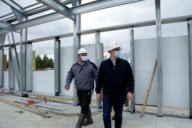 Губернатор лично контролирует строительство инфекционной больницы.