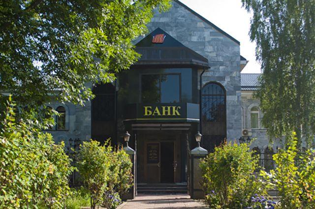 «Великие Луки банк» имеет универсальную лицензию, которая выдаётся банкам с капиталом свыше  1 млрд рублей.