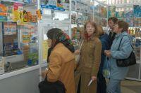 Новосибирцы ищут лекарства в аптеках.