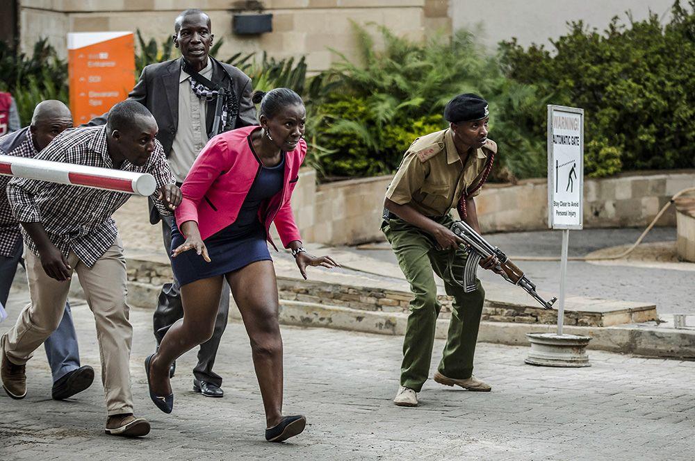 15 января 2019 г., Найроби, Кения. Спасенные люди бегут в укрытие во время спецоперации по уничтожению террористов в Найроби. Гран-при конкурса.
