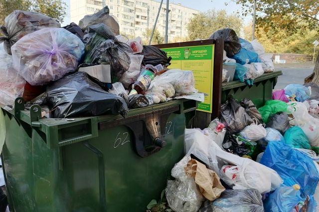 В селе Оренбургского района мусоровоз травмировал мужчину.