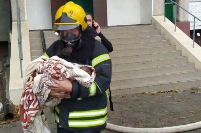 В Одесской области из пожара спасли двоих взрослых и младенца
