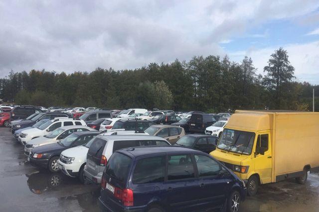На бесплатной парковке бьют машины