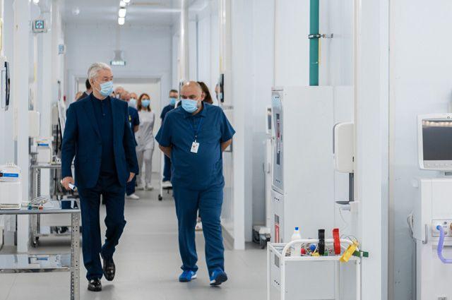 Мэр Сергей Собянин вместе сглавврачом медицинского комплекса вКоммунарке Денисом Проценко осматривают действующий резервный госпиталь на1249коек.