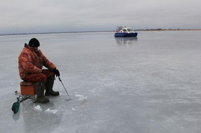 Рыбаков просят не забывать про спасательные жилеты.