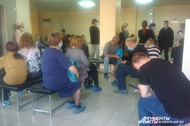 В одной очереди по 5-6 часов ожидают приёма и больные с пневмонией, и те, кому надо закрыть больничный или выписать рецепт.
