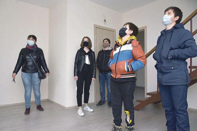 Квартиры и коттеджи предоставляются гражданам по договору социального найма.