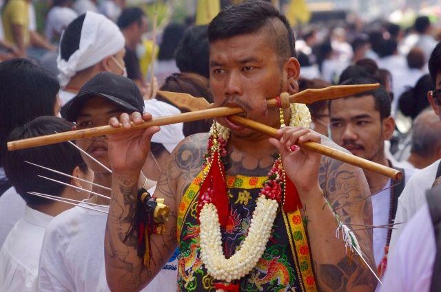 На вегетарианском фестивале в Таиланде люди причиняют себе боль.