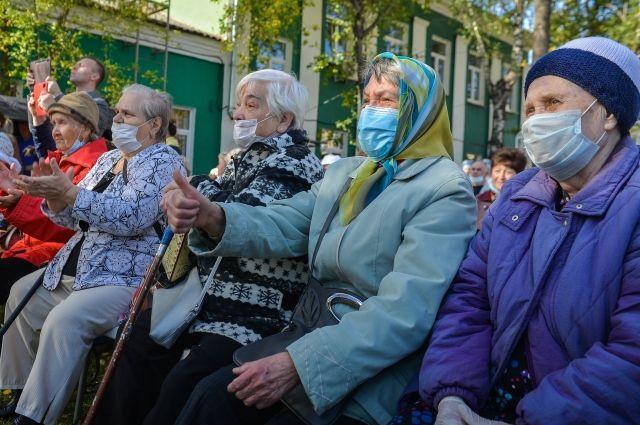 Именно у пожилых из-за нагрузки на иммунную систему возможны осложнения, в том числе такие опасные как вирусная пневмония.