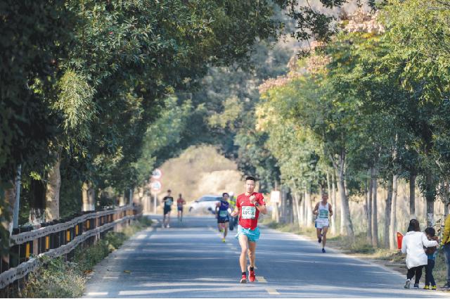 Спортсмены пробегают марафон в национальном парке Цяньцзянъюань, провинция Чжэцзян.