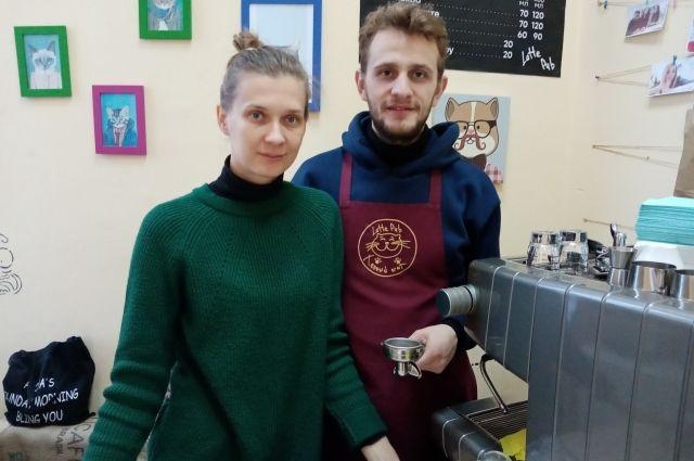 Владислав Будилин когда-то выступал в костюме Волка и Деда Мороза, а сейчас с подругой Натальей примерил на себя роль владельца кофейни.