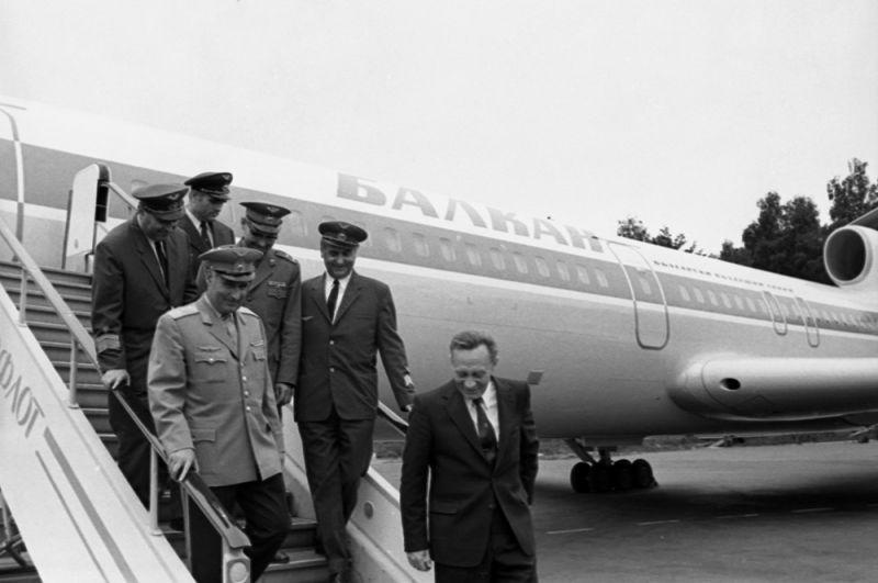 Начало эксплуатации Ту-154 на международных линиях. Экипаж самолета гражданской авиации Народной Республики Болгарии после выполнения рейса по маршруту София-Москва. 1972 год.