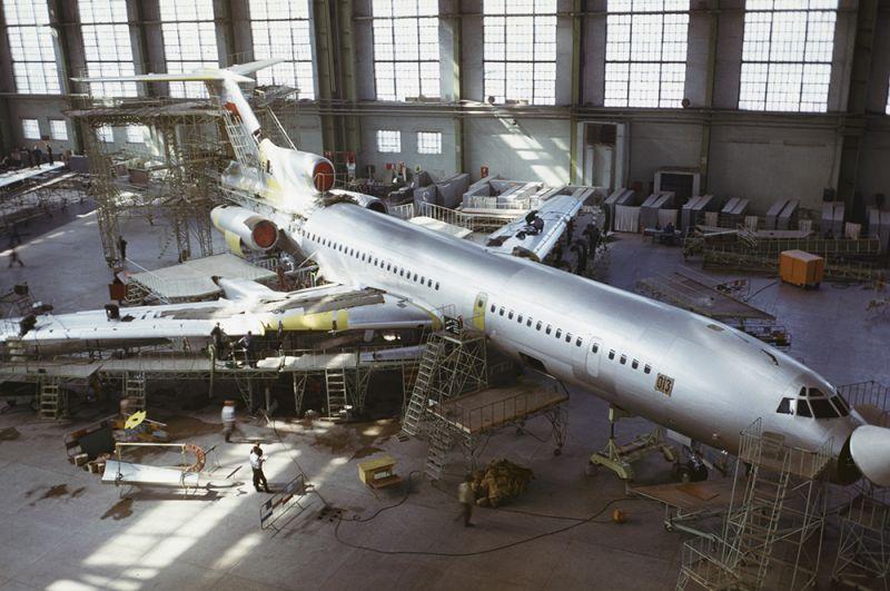 Сборка самолета ТУ-154 на Куйбышевском авиационном заводе. 1974 год.