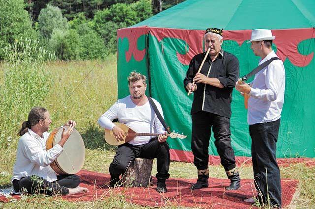 Сергей Иванов (второй слева) считает, что музыкальные вкусы человека формируют колыбельные, которые в детстве пела мама.