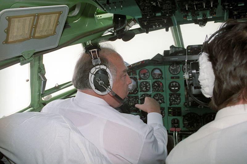 Председатель правительства РФ Виктор Степанович Черномырдин у штурвала самолета Ту-154 на пути в ФРГ с рабочим визитом. 1993 год.