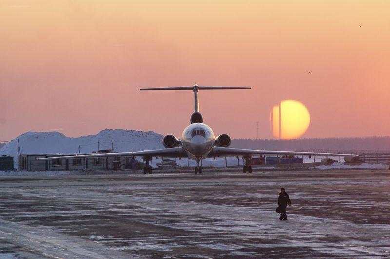 Международный аэропорт «Внуково». Самолет Ту-154 на летном поле. 2007 год.