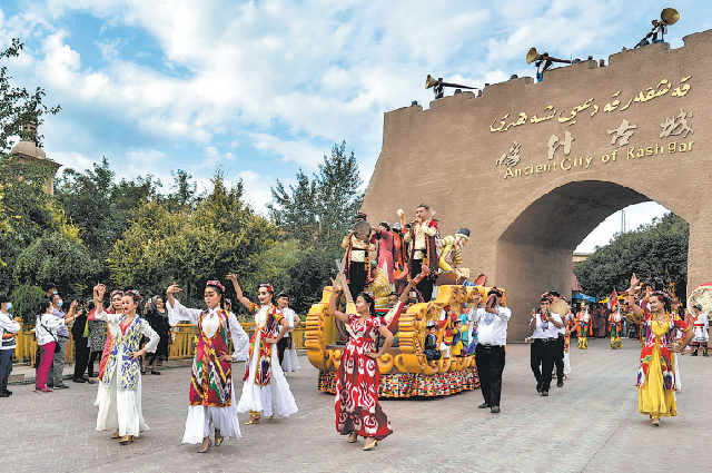 Туристы наблюдают за танцевальным представлением в Старом городе Кашгара.
