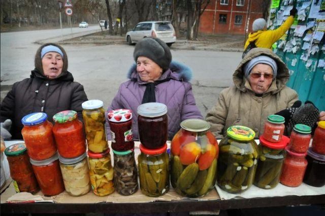 Пенсионерки, торгующие на улицах соленьями собственного приготовления, тоже могут получить статус самозанятых.