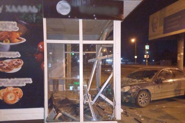Пострадал мужчина: в Ижевске пьяный водитель врезался в остановку