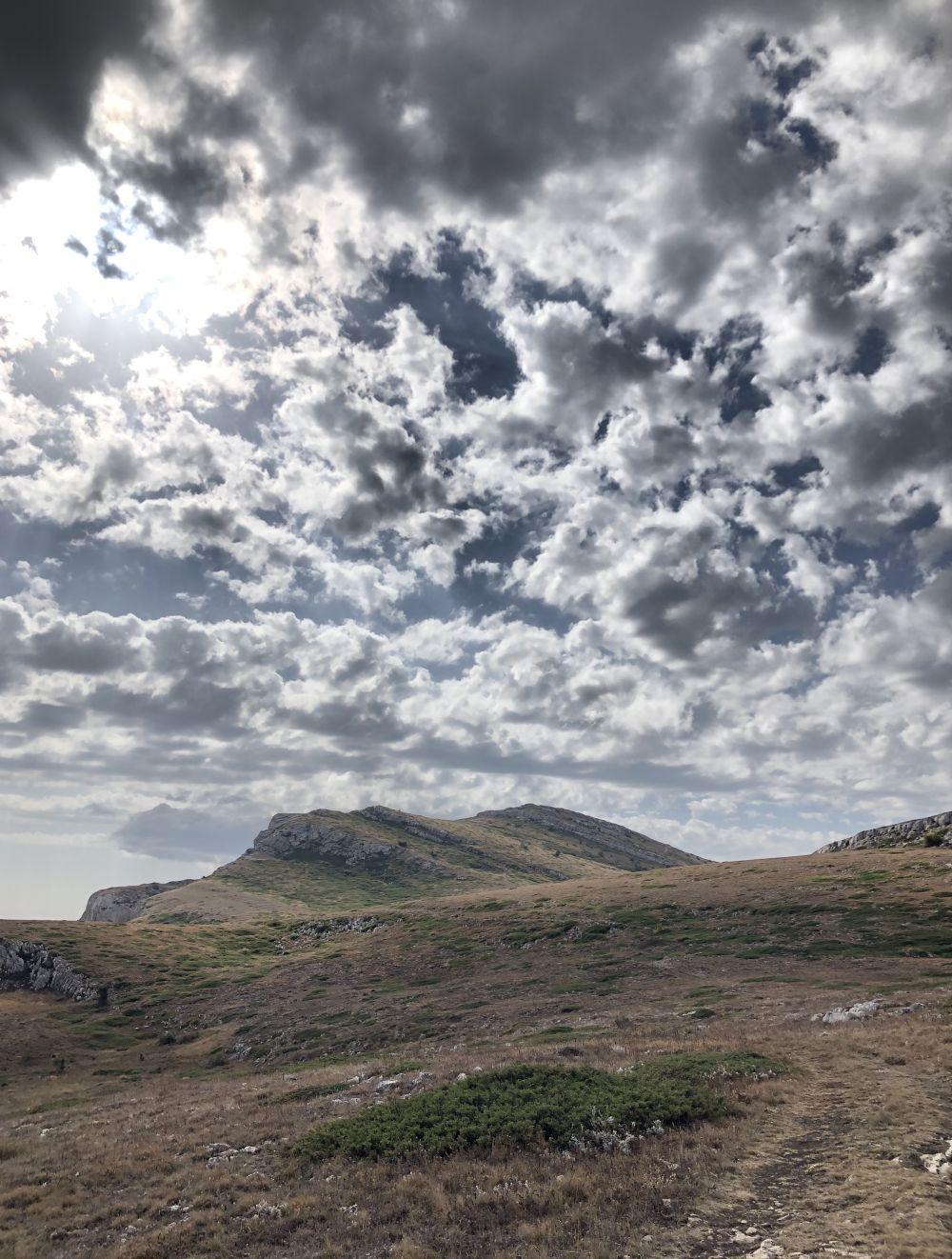 На крымско-татарском языке «чатыр-даг» означает «гора-шатер».