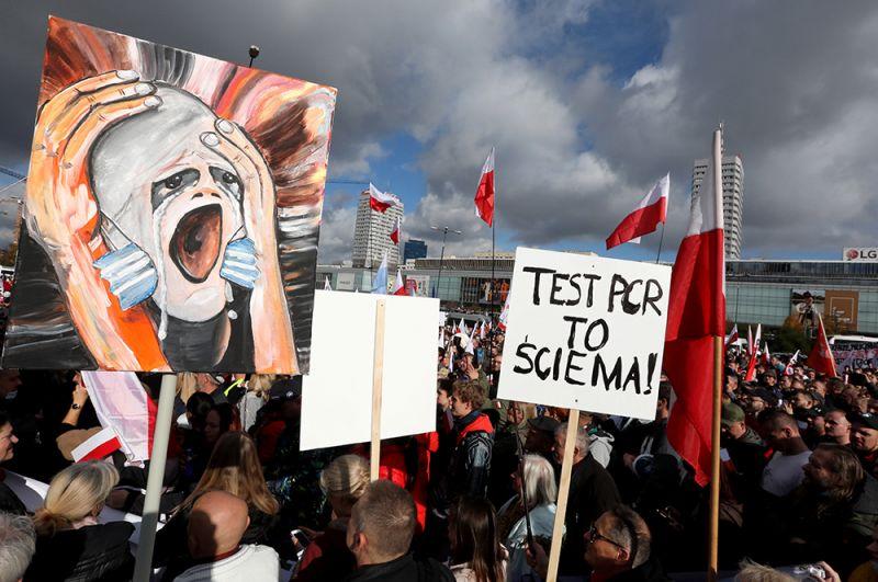 Демонстранты, выступающие против изоляции, в Варшаве, Польша.