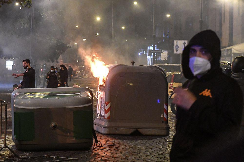 Массовые протесты против комендантского часа в Неаполе, Италия.