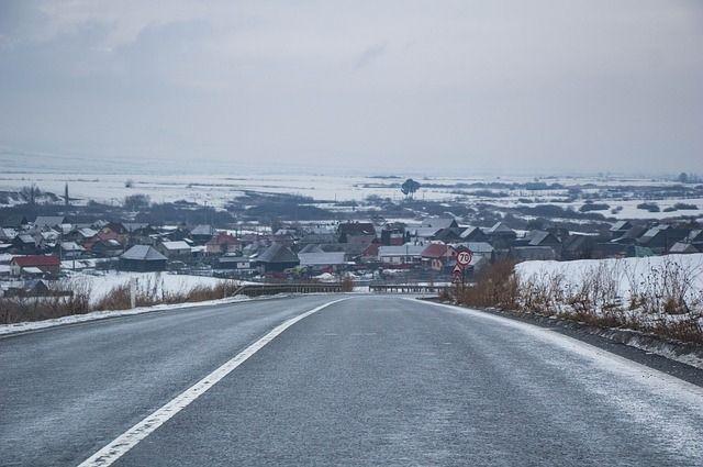 Перекрытой дорога остается в Шелеховском районе на 45-м километре, там продолжает работу снегоуборочная техника.