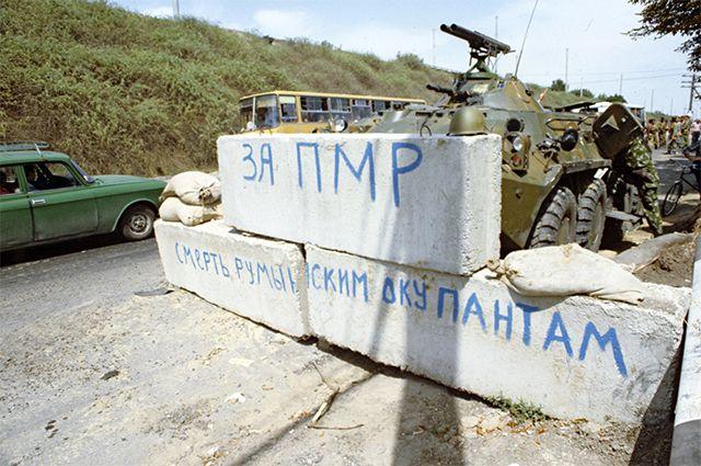 Республика Молдова. Конфликт в Приднестровье. Въезд в село Парканы недалеко от Тирасполя. 1992 год.