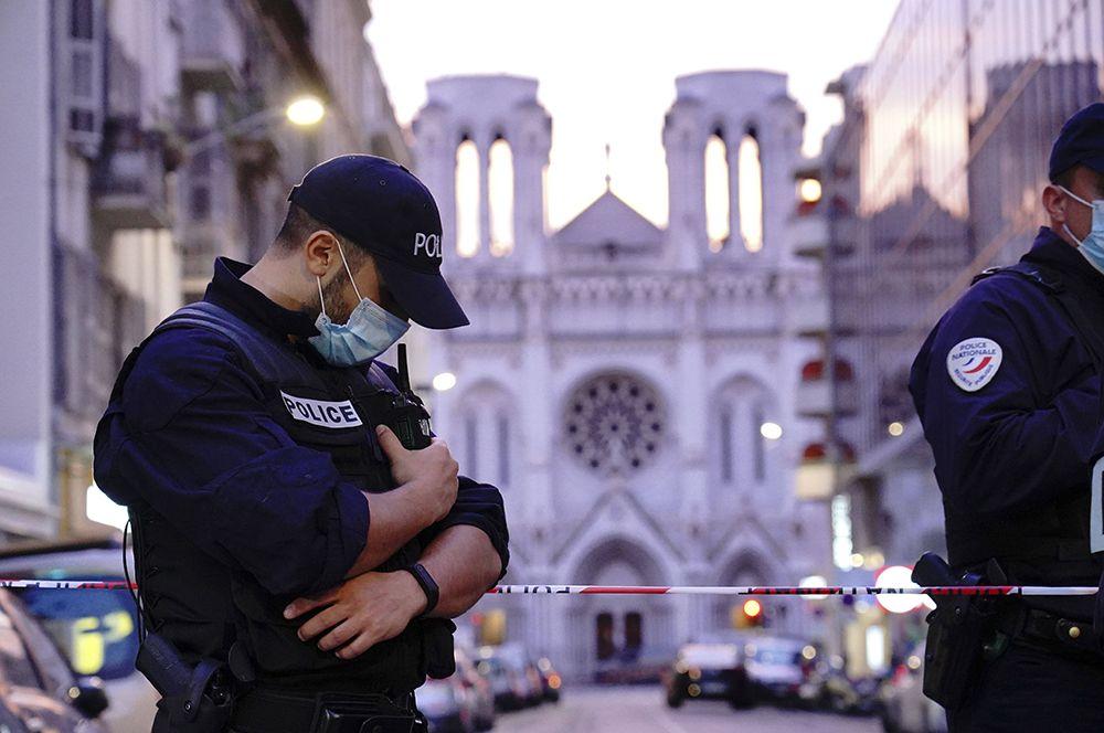 Полицейские у базилики Нотр-Дам в Ницце.