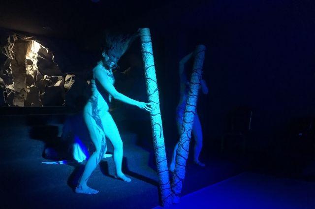 Актёры на сцене почти два часа непрерывно танцуют, без передышек и остановок.