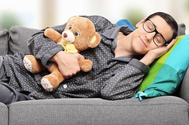 Условия для сна неподходящие, а вот пижамка и медвежонок как часть ритуала отхождения ко сну вполне уместны.