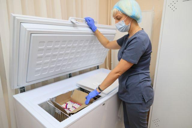 Вакцина имеет особенности хранения и поэтому будет поступать только в крупные поликлиники.
