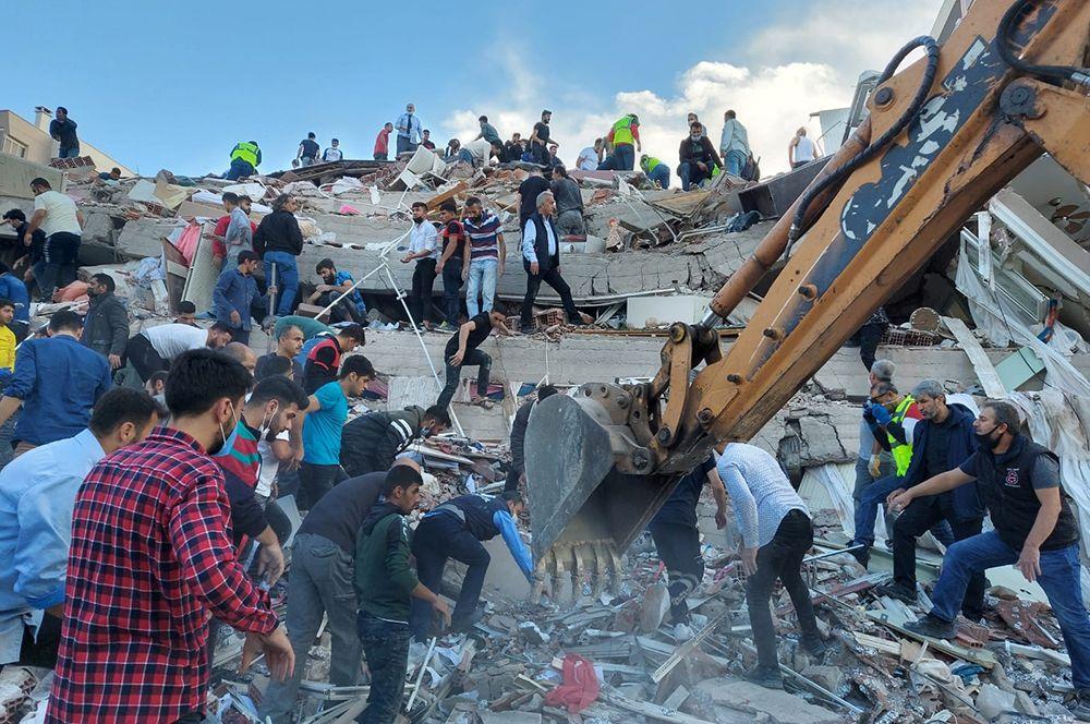 Работа спасателей в Измире.
