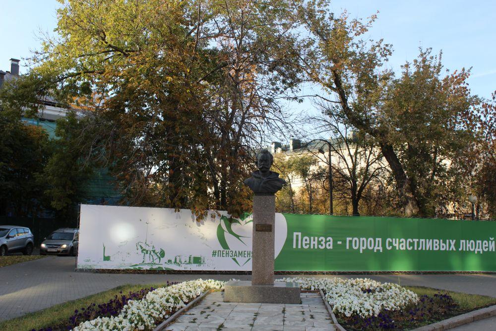 Памятник российскому военачальнику и поэту, герою Отечественной войны 1812 года Денису Давыдову работы скульптора Владимира Курдова.