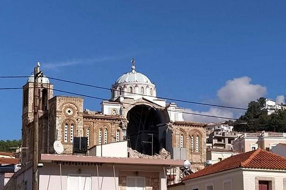 На греческом острове Самос из-за толчков разрушился купол церкви.