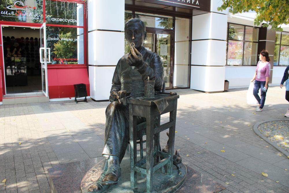Памятник ювелиру «Последний штрих» на улице Московской.