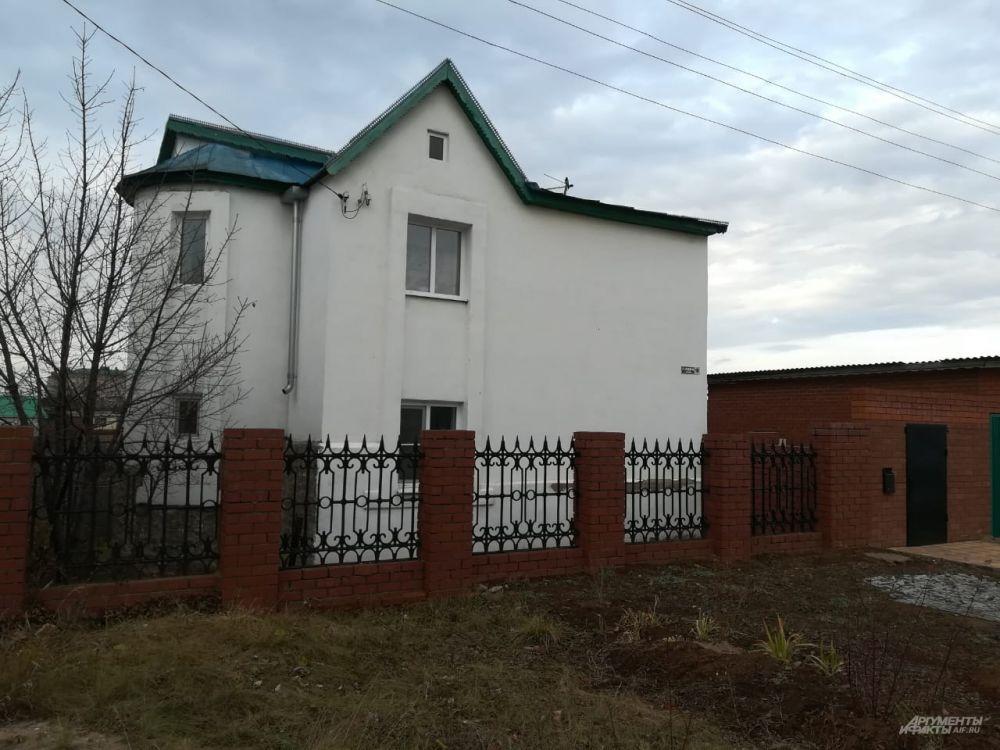 Виталий вместе с матерью, отчимом и сестренкой жил в этом доме.