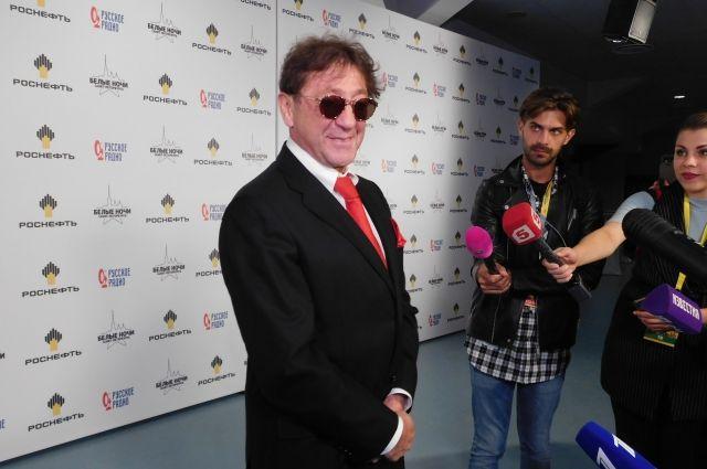 Григорий Лепс официально открыл в Новосибирске караоке-бар и выступил с самыми популярными песнями перед первыми гостями.