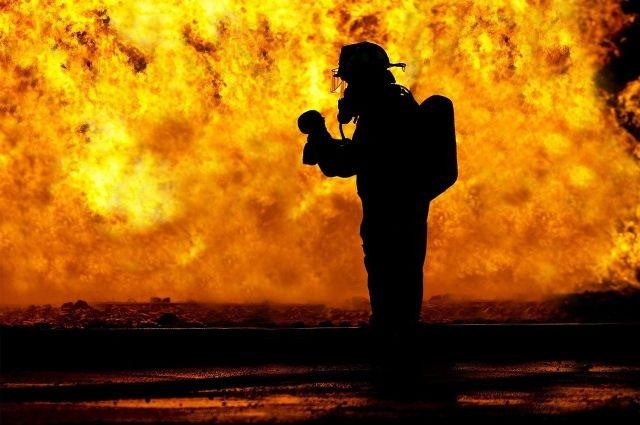 В Салехарде во время крупного пожара в гаражах пострадал один человек